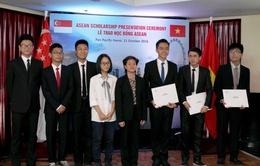 Đại sứ quán Singapore trao học bổng ASEAN cho học sinh Việt Nam