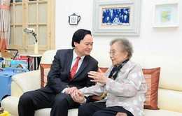 Bộ trưởng Phùng Xuân Nhạ thăm và tri ân nguyên Phó Chủ tịch nước Nguyễn Thị Bình