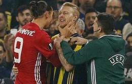 Ibrahimovic bóp cổ đối thủ trước mặt Mourinho, đối diện án phạt nặng