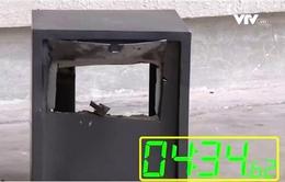Két sắt giá rẻ thành đống sắt vụn chỉ trong… 5 phút