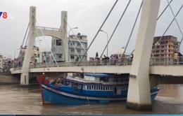 Bình Thuận cứu thành công tàu mắc kẹt dưới gầm cầu