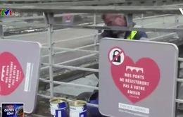 Pháp bán 10 tấn khóa tình yêu để quyên tiền cho người tị nạn