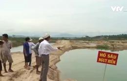 """Quảng Ngãi: Khu dân cư biến thành """"ốc đảo"""" vì nạn khai thác cát"""