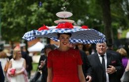 Ngắm những kiểu mũ không giống ai tại lễ hội đua ngựa hoàng gia Anh
