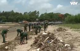 Bộ đội Biên phòng chung tay làm sạch biển Thanh Hóa