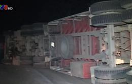 Quảng Trị: Lật xe tải, 50m3 gỗ tràn xuống đường