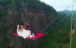 Trung Quốc: Cặp đôi treo mình dưới cầu kính, tổ chức lễ cưới mạo hiểm