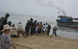 Tàu cá liên tiếp mắc cạn tại cửa biển Tam Quan