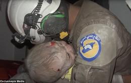 Lính cứu hộ Syria bật khóc nức nở khi cứu bé gái sau cuộc không kích