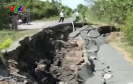 Cà Mau: Hàng trăm km đường bị sụt lún