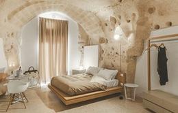 Độc đáo khách sạn hang động xù xì mà sang trọng ở Italy