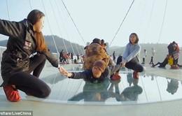 Thử thách Mannequin trên cầu kính lớn nhất thế giới
