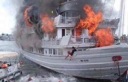 Tàu du lịch bốc cháy dữ dội tại cảng tàu Tuần Châu