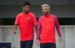 Ảnh: Leo Messi xuất hiện trên sân tập với kiểu tóc mới cùng Suarez