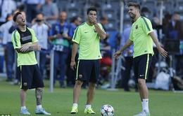 """Xem Messi và Suarez đọ tài sút bóng """"hạ"""" flycam"""
