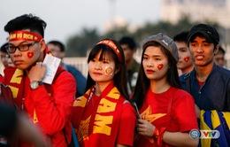 Chùm ảnh: Rộn ràng sắc màu CĐV trước trận bán kết Việt Nam - Indonesia