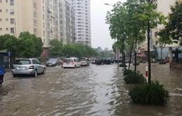VIDEO: Nhiều tuyến phố Hà Nội ngập trong biển nước sau mưa lớn