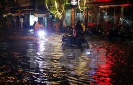 TP.HCM: Nhiều tuyến đường biến thành sông sau cơn mưa