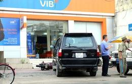 Mâu thuẫn giao dịch, người đàn ông ném 2 quả lựu đạn vào ngân hàng