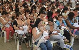 Phụ nữ Colombia hưởng ứng tuần lễ cho con bú bằng sữa mẹ