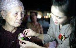 Ý nghĩa nghi lễ cài hoa hồng mùa Vu lan báo hiếu
