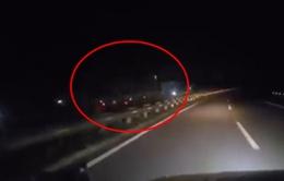 Xe tải chạy ngược chiều với tốc độ cao trên cao tốc Hà Nội - Lào Cai