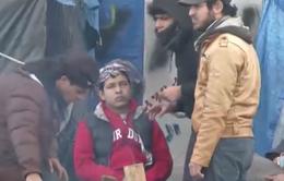 Sống tạm bợ nhiều tháng tại Calais, người tị nạn tìm cơ hội sang Anh