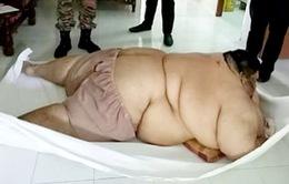 Người đàn ông béo phì phải nhập viện bằng xe tải hạng nặng