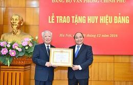 Nguyên Phó Thủ tướng Vũ Khoan nhận huy hiệu 55 năm tuổi Đảng