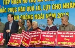 Đồng chí Nguyễn Hòa Bình thăm và tặng quà người dân vùng lũ Quảng Ngãi