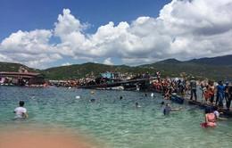 Nhà bè bị sập chìm ở vịnh Vĩnh Hy được ghép bằng thùng composite