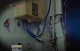 TP.HCM: Gia đình 3 thế hệ sống trong sợ hãi vì nhà cũ nát chờ sập