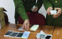 Bắt vụ vận chuyển 700 điện thoại nhập lậu tại bến xe Gia Lâm