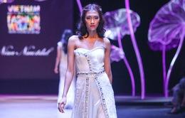 Quán quân Vietnam's Next Top Model 2014 diện váy nặng 10kg sải bước catwalk