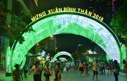 Hàng chục nghìn người dân TP.HCM đổ ra đường đón chào năm mới