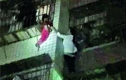 """""""Người nhện"""" cứu bé 2 tuổi lơ lửng ngoài cửa sổ"""