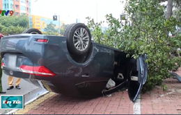 Ô tô 4 chỗ lao lên vỉa hè lật ngửa, 1 người bị thương nặng