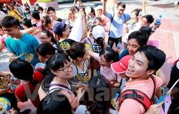 """Ngày hội """"ôm quốc tế"""" thu hút giới trẻ Hà Nội"""