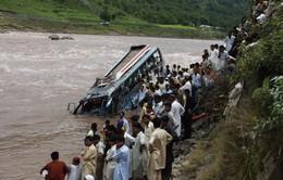 Xe bus rơi xuống sông ở Pakistan, 23 người thiệt mạng