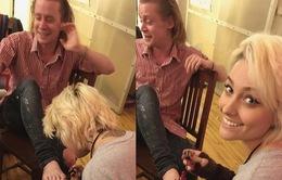 Con gái Michael Jackson vẽ móng chân cho sao phim Ở nhà một mình