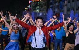 """Phạm Hồng Phước gây chú ý với màn nhảy flashmob trong MV """"Việt Nam đi, hôn và yêu"""""""