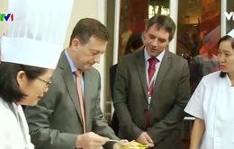 Đại sứ Pháp tại Việt Nam trổ tài nấu nướng