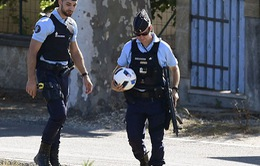 Cảnh sát Pháp ôm bóng, cầm súng rà soát an ninh trước khai mạc EURO 2016