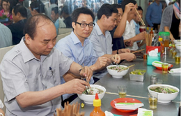 Thủ tướng ăn phở, uống cà phê bình dân ở TP.HCM