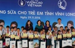 Trao tặng sữa cho trẻ em tại Vĩnh Long