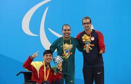 """Bộ trưởng thưởng """"nóng"""" 2 VĐV giành huy chương Paralympic"""