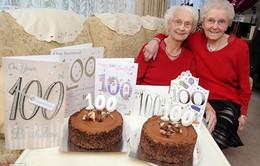 Hai cụ bà song sinh mừng sinh nhật thứ 100