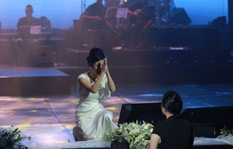 """Hồng Nhung chắp tay """"vái lạy"""" khán giả nữ vì hát quá hay"""