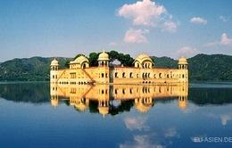 Cung điện lộng lẫy ngập trong hồ nước quanh năm