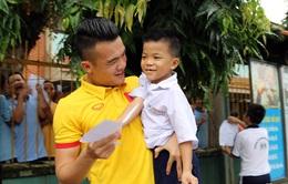 ĐTQG Việt Nam thăm làng trẻ SOS: Tiếp thêm động lực từ những vòng tay yêu thương